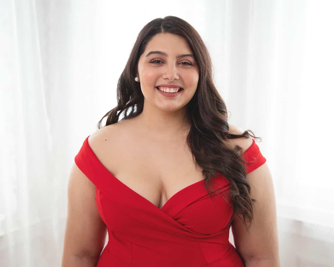 mosolygos-hunyoritos-portre-studioban-piros-ruha